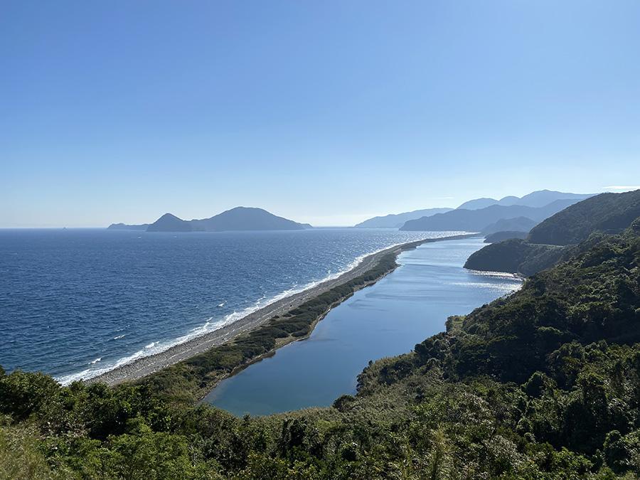田之尻展望所からの長目の浜 右側がなまこ池