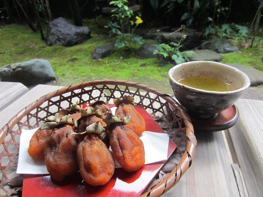 自家製の干し柿でお茶を一服