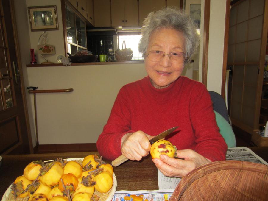 干し柿づくりに母も仲間入り…
