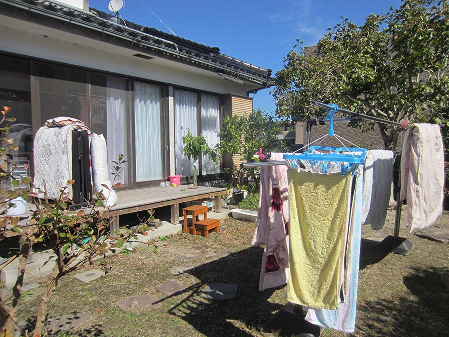 広々とした庭には洗濯物がいっぱい干されていて、ここが生活の場であることを感じさせます。
