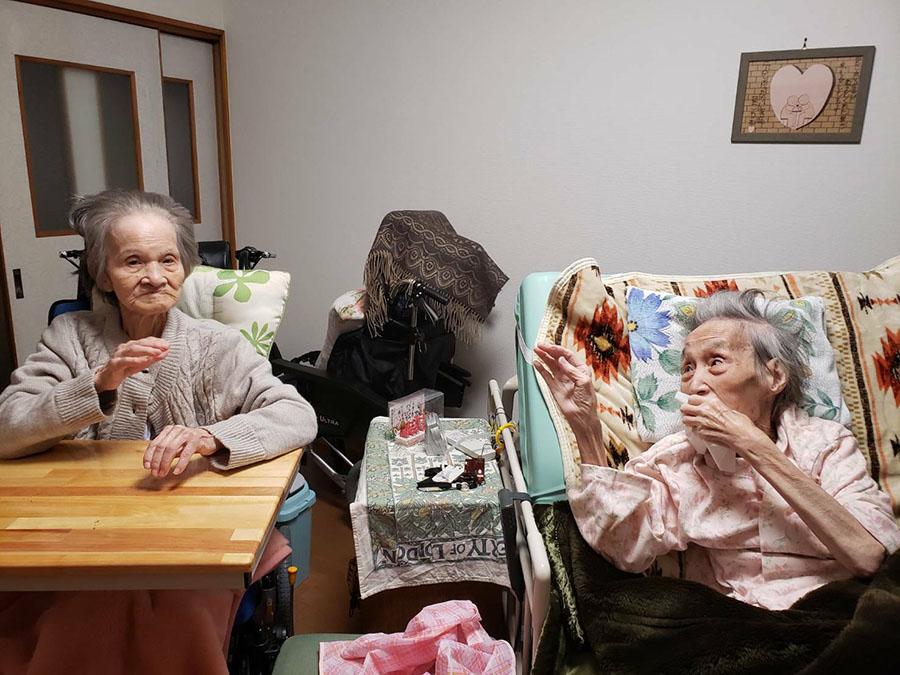お友達の住人さんと自室で女子会♪