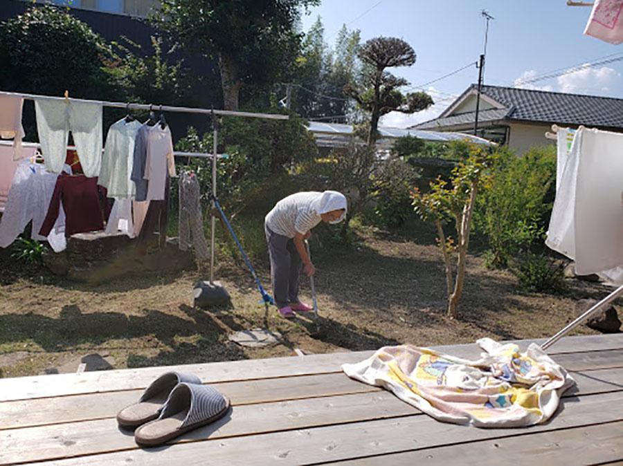 庭の手入れに汗を流して下さいます!