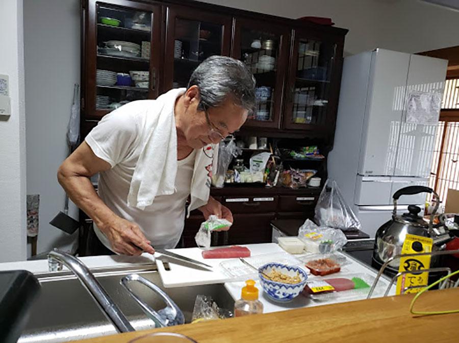 料理自慢のあきらじいじはこの家の人気者