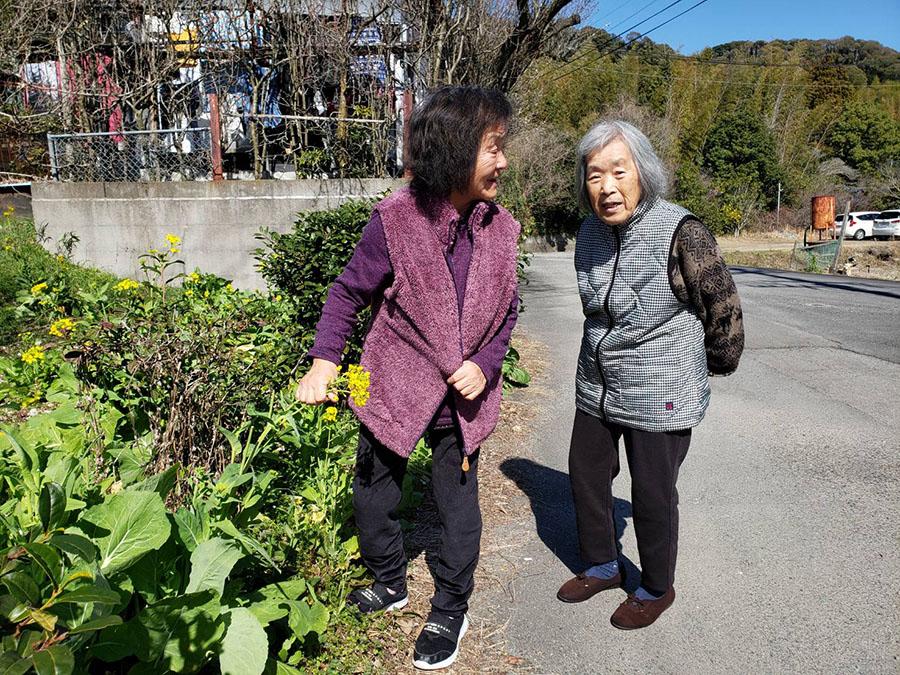 お友達の住人さんと散歩を楽しむキサ子さん(左)
