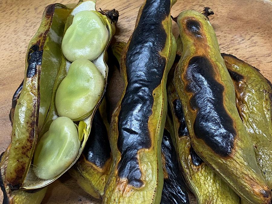 魚焼きグリルでさやごと真っ黒に焼いて豆の味を堪能