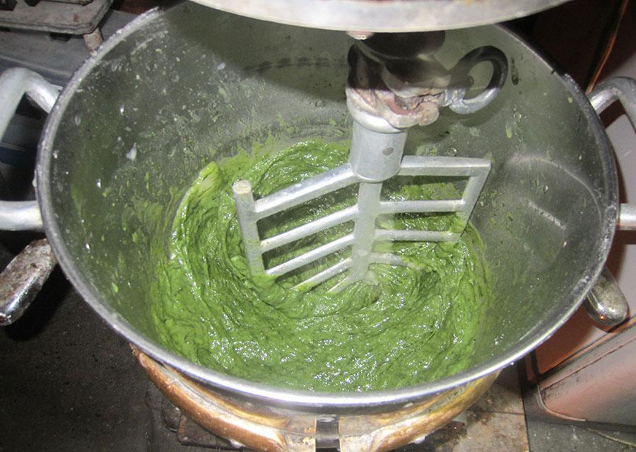 こし餡やヨモギ、砂糖、調合しただんごの粉など、それぞれの材料を混ぜ合わせてこねていくのですが、分量や粉の調合、水の加え加減によって出来が違ってきます。