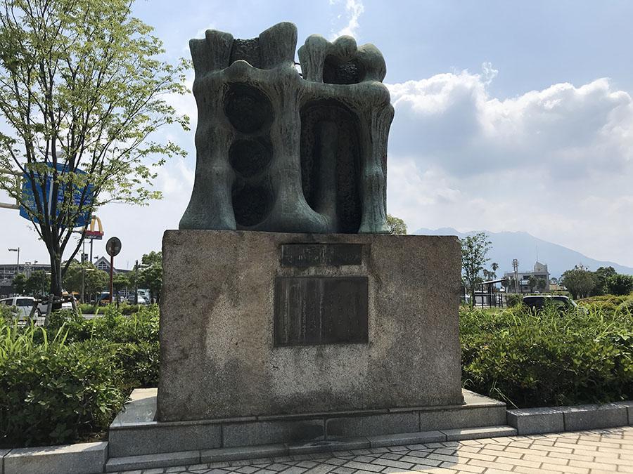 太平洋戦争での民間犠牲者を慰霊する「人間之碑」         (鹿児島市役所前みなと大通り公園海側)