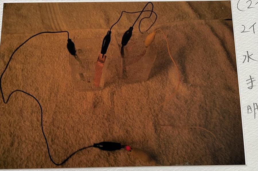 炭酸水2個の場合・・LEDはついた。水道水よりも炭酸水の方が明るい。➡炭酸水も電池になることがわかった。