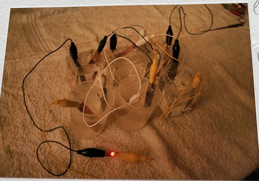 食塩水6個の時・・フルーツ電池・液体電池合わせて1番強い光になった。