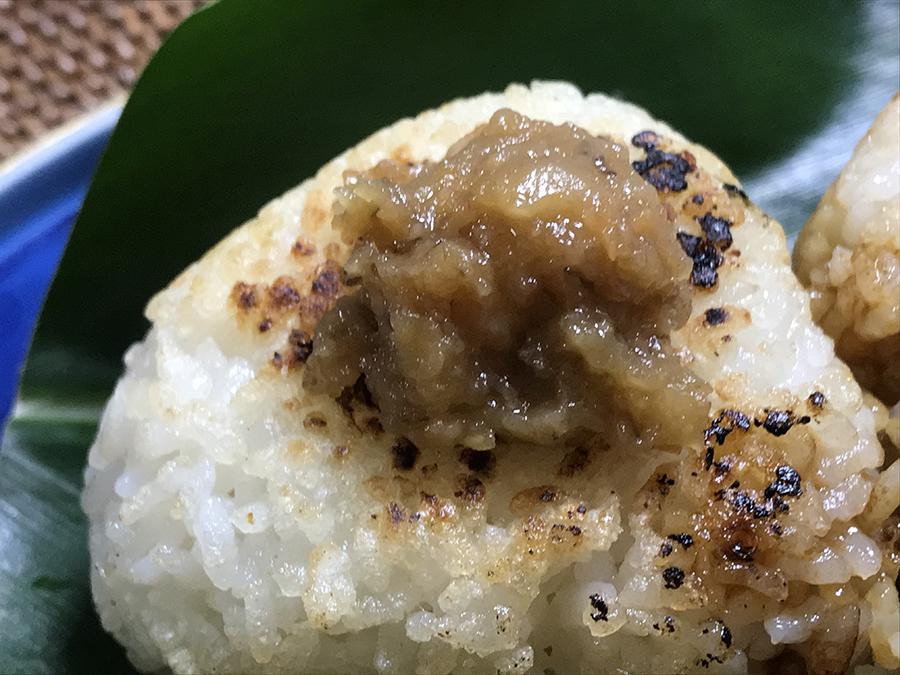 焼きおにぎりにもしてみました。かしわ味噌をどっさり乗っけて、ちょっと見た目は不格好ですが、これまた、とても美味しかったです。